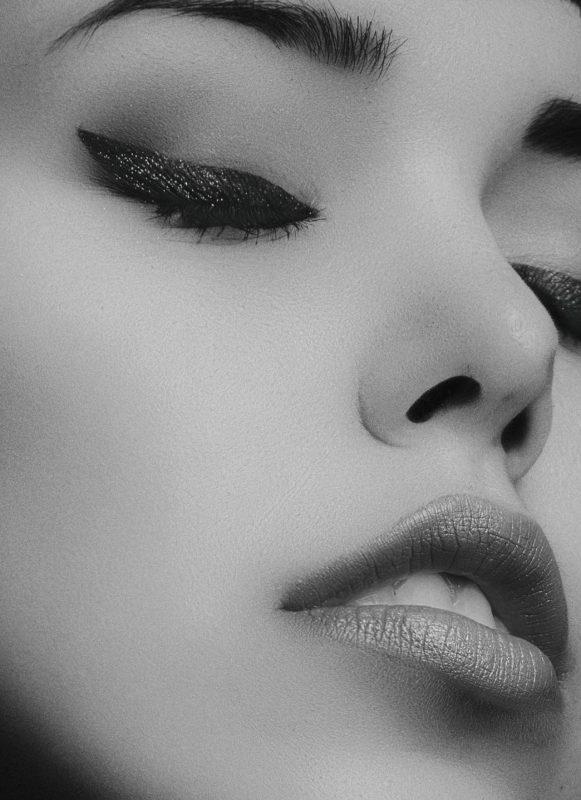 Rosto feminino em preto e branco