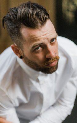 homem de barba com camiseta branca