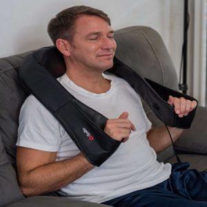 Homem utlizando o colete massageador no ombro e pescoço